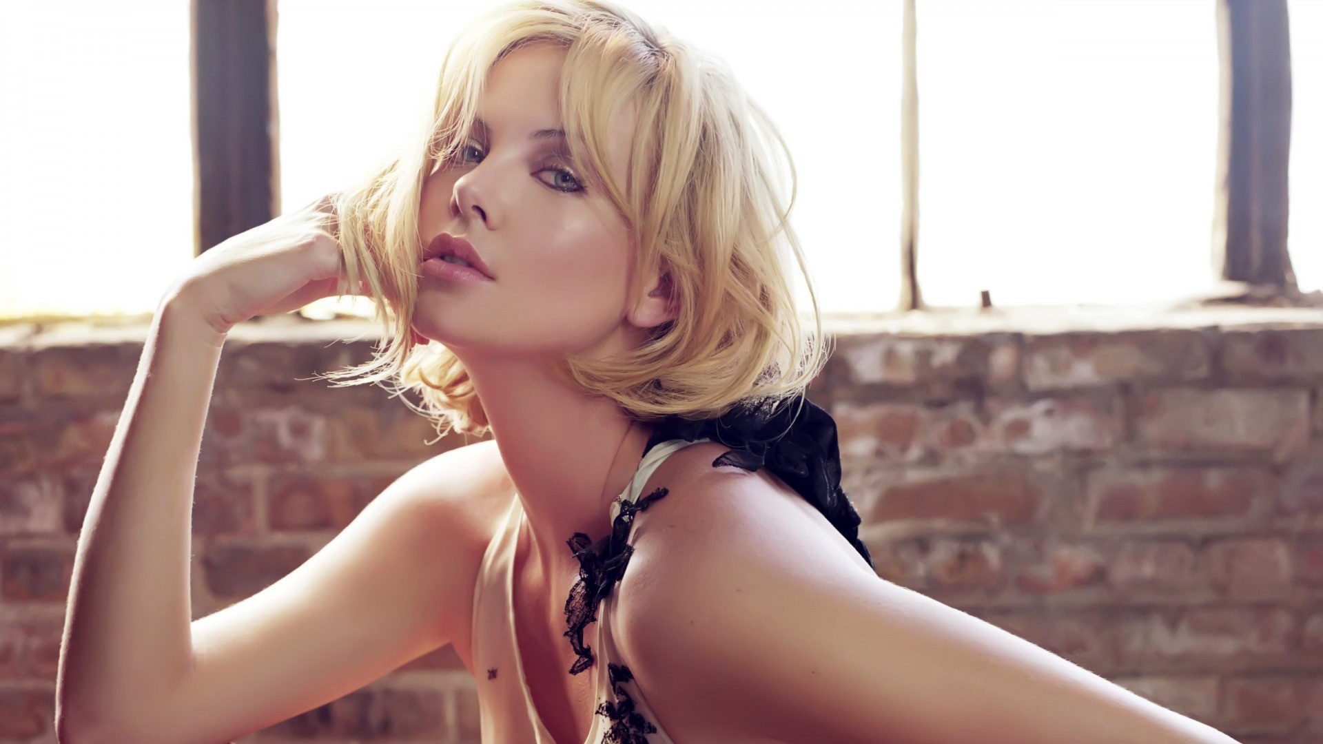 Charlize Theron Hot 790.57 Kb