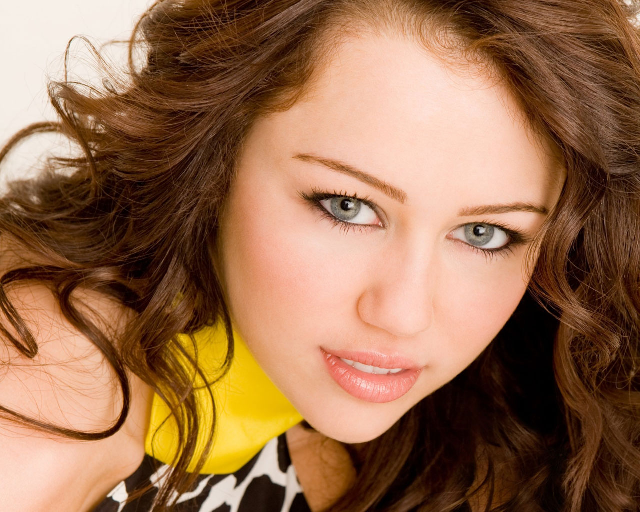 American Actress Miley Cyrus 400.46 Kb