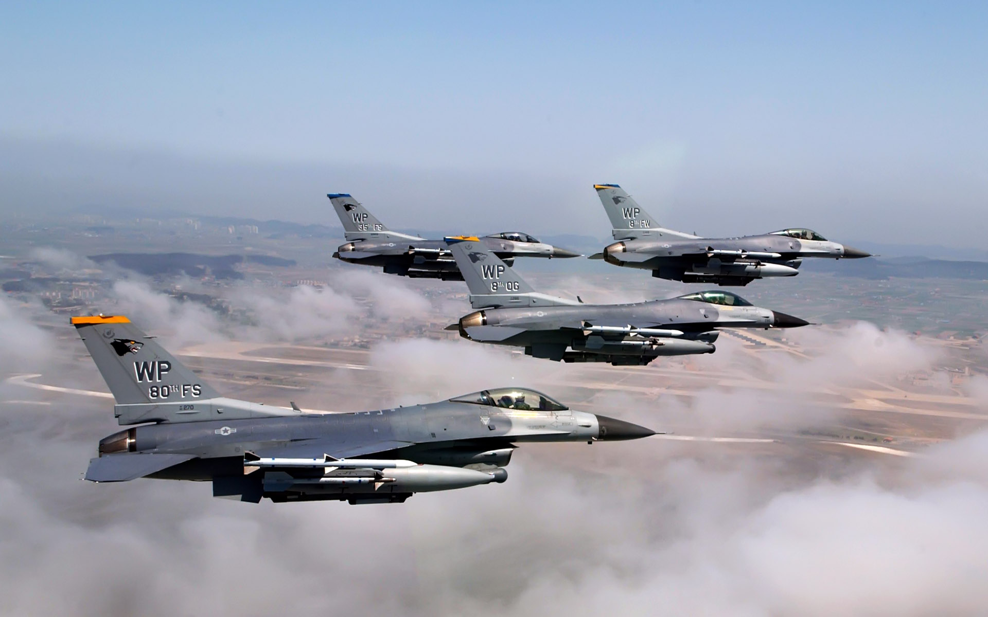 Formation of F 16 Fighting Falcons 255.56 Kb