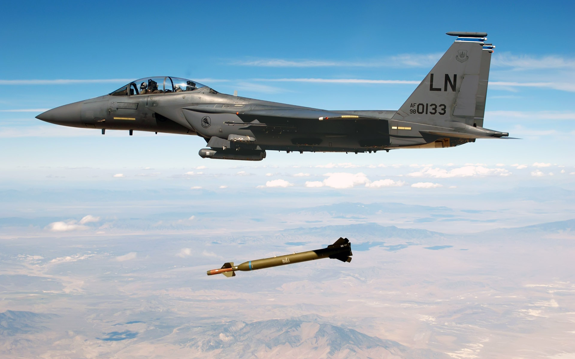 Jet Fighter Drops Missile 165.16 Kb