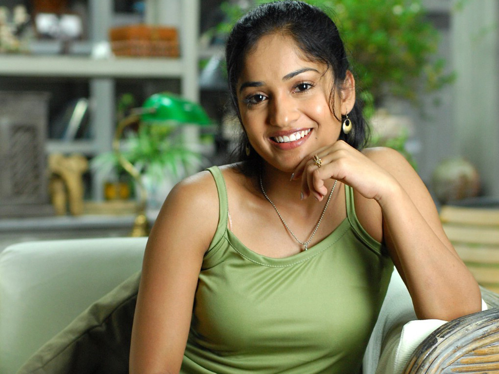 Madhavi Latha in Green 232.96 Kb