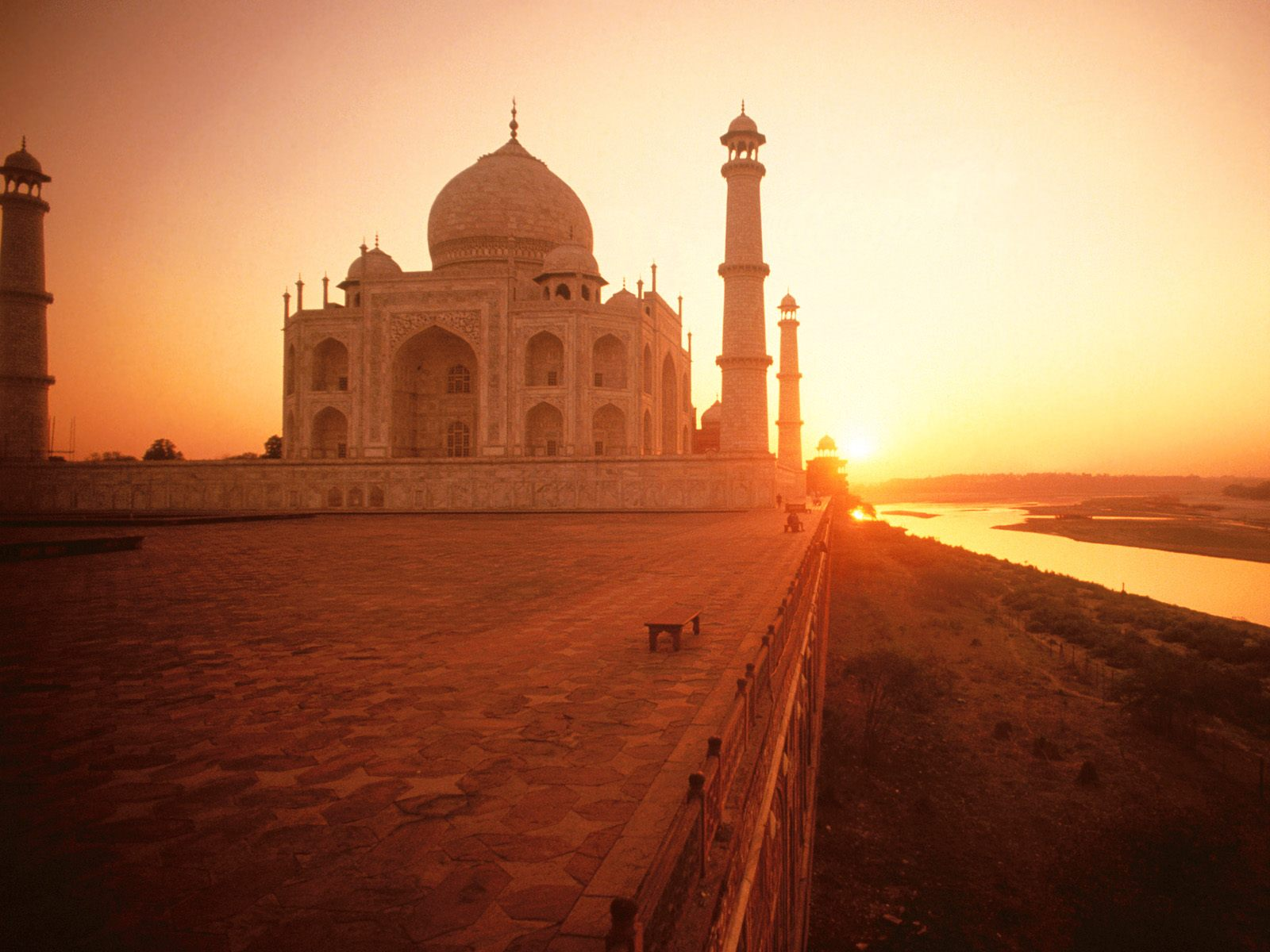 The Taj Mahal at Sunset India 375.76 Kb