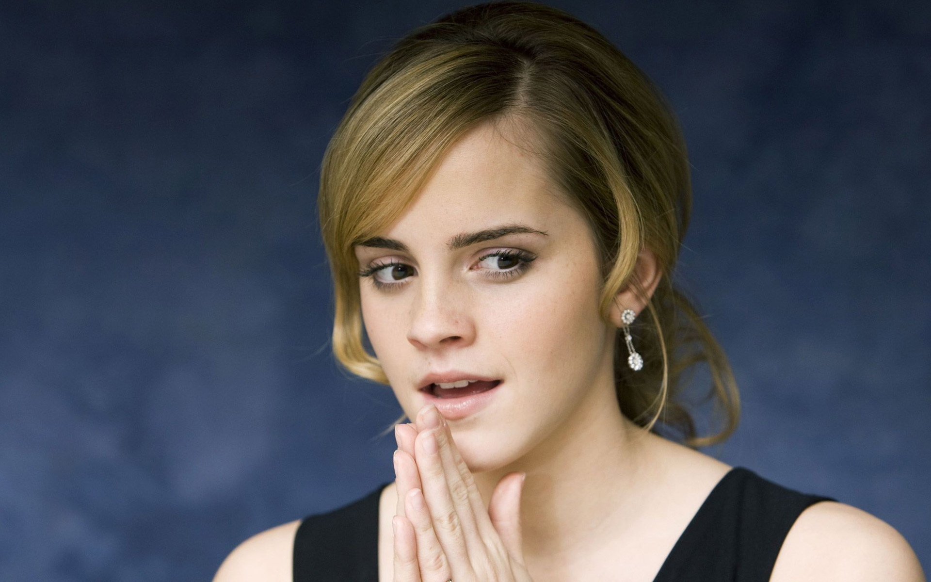 Emma Watson Thinking Wide Screen HD 653.68 Kb