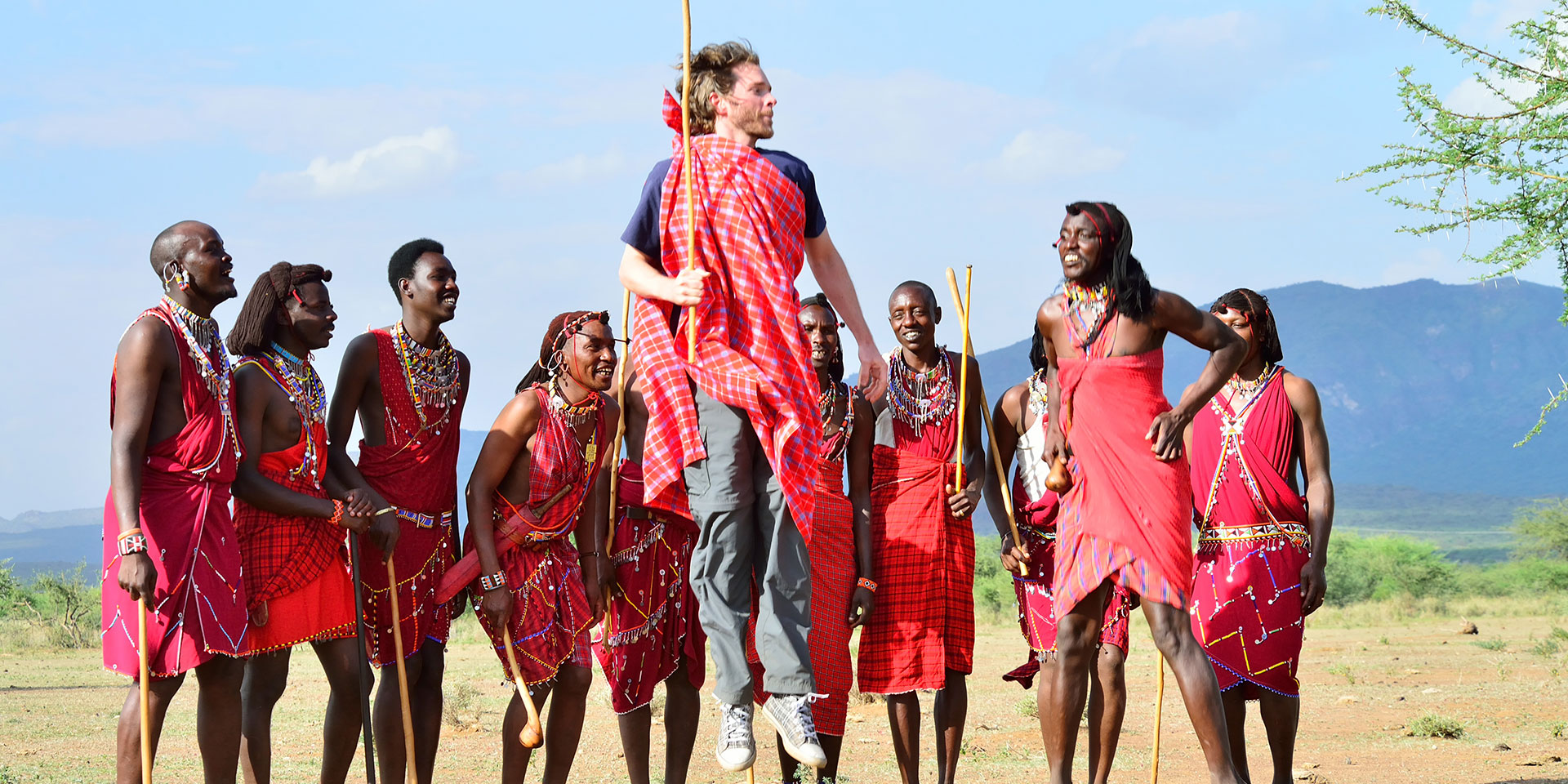 Tourist Among Locals in Kenya 252.98 Kb