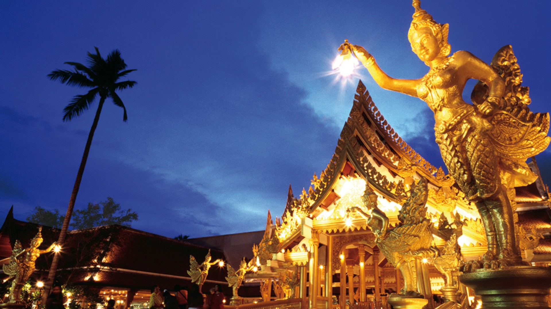 Golden Statue with a Lantern in Thailand 377.44 Kb