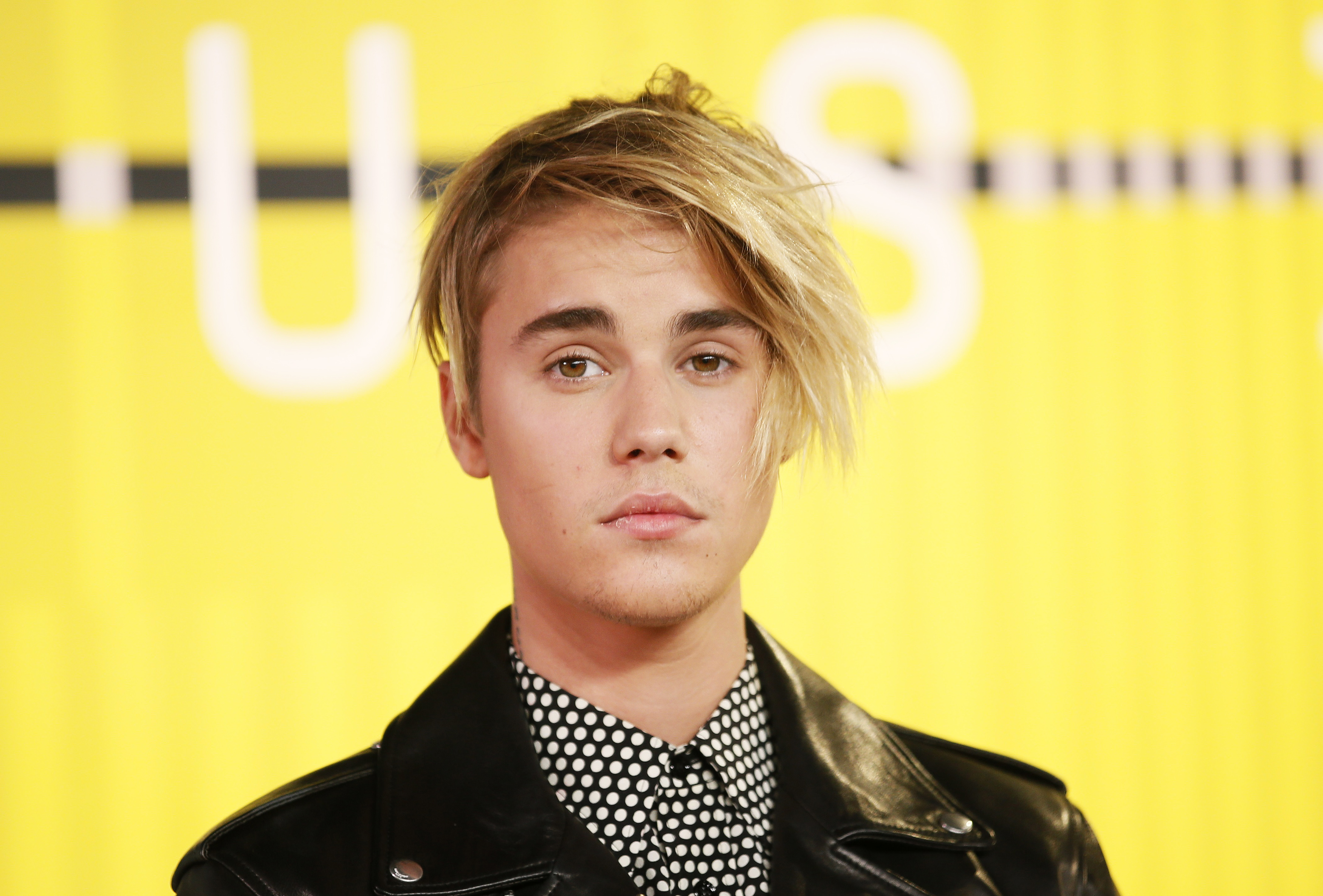 Justin Bieber in Dotted Shirt 531.93 Kb