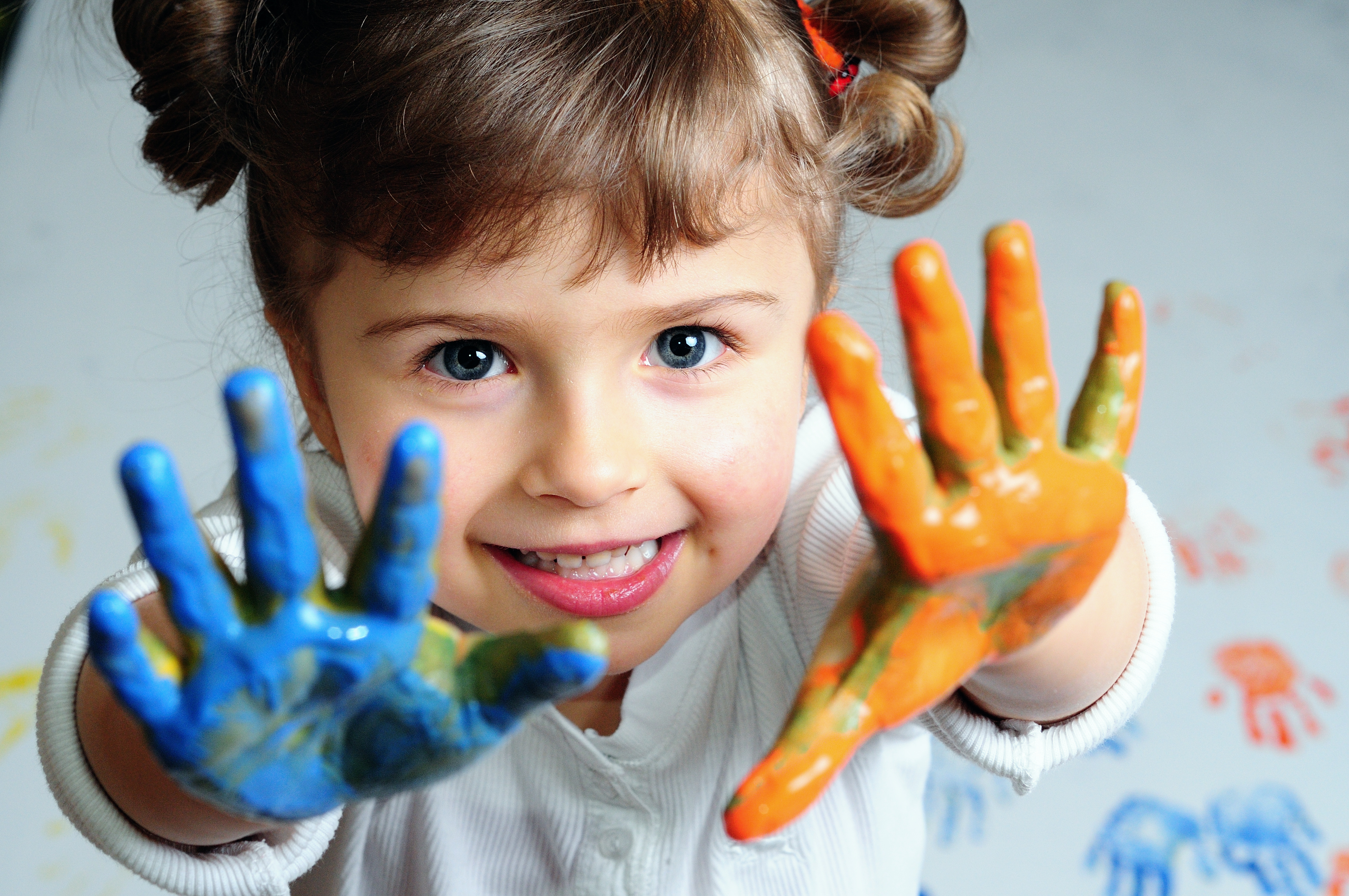 A Child Painting with Hands 7780.57 Kb