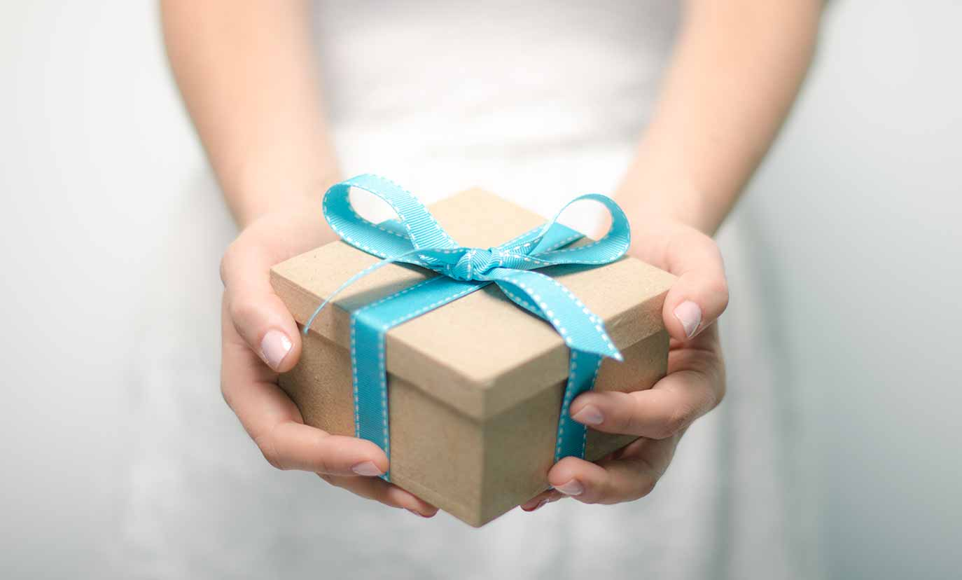 Small Gift Box in the Hands 122.87 Kb