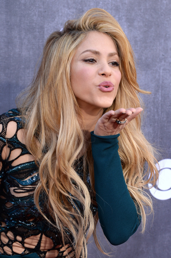 Shakira Sending Air Kiss 1039.38 Kb