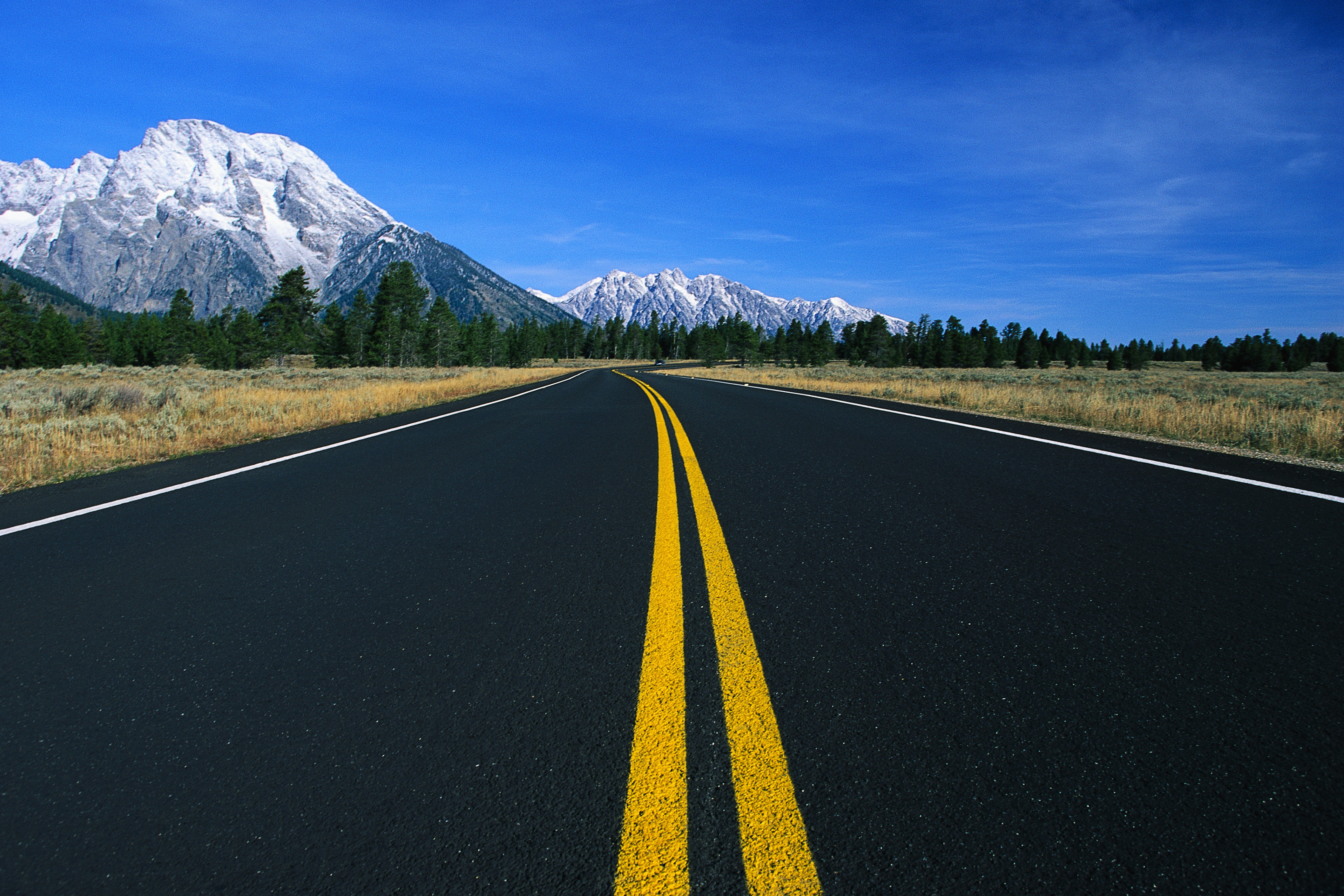 Smooth Road Leading into Mountains 4653.75 Kb