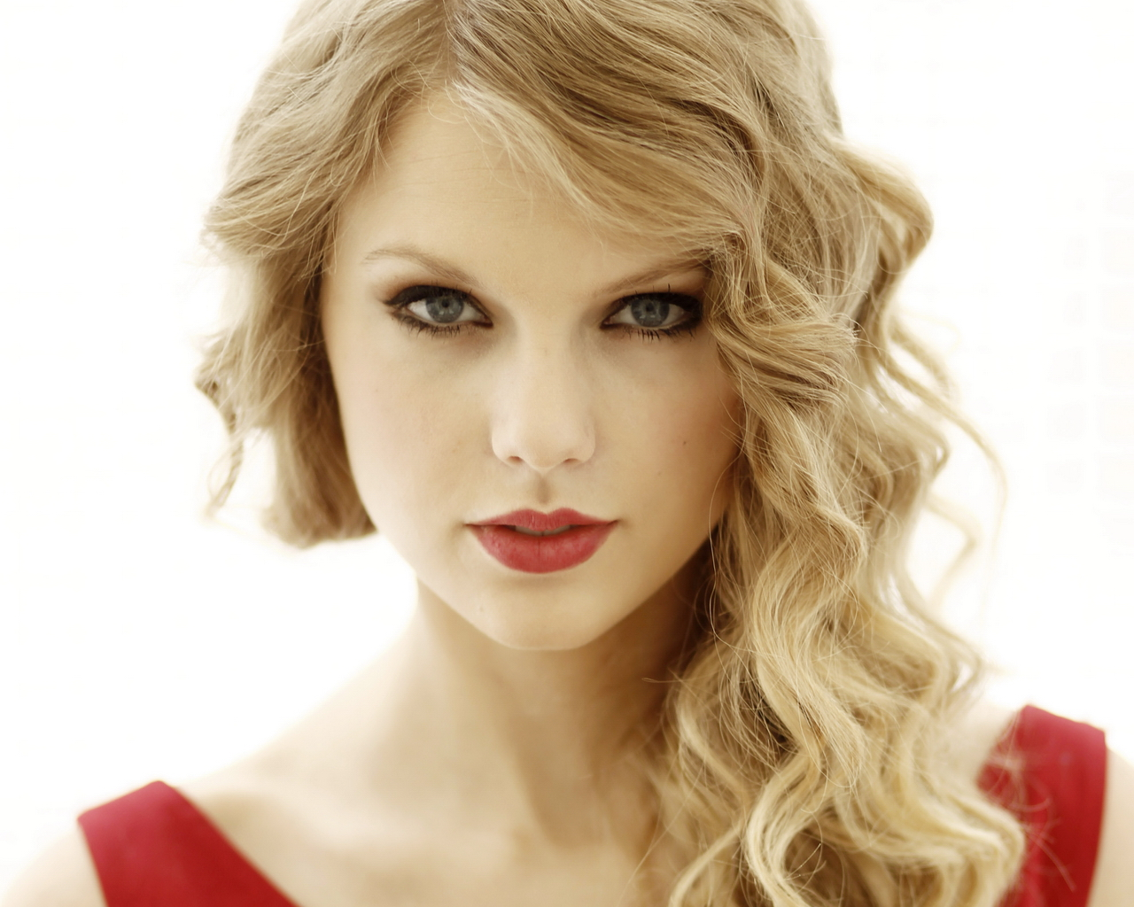 Taylor Swift in Red Dress 576.43 Kb