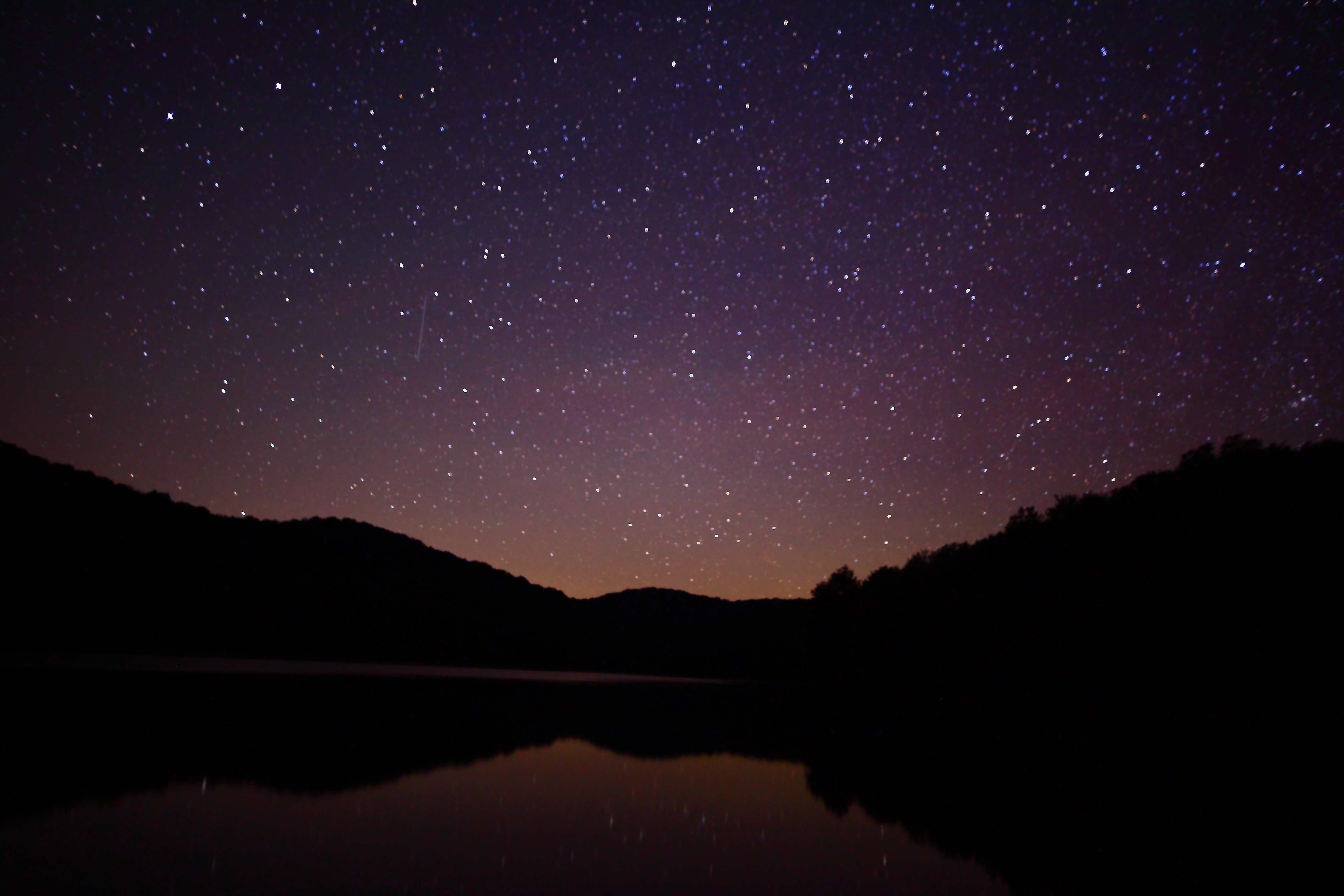 Starry Night Sky over the Lake 531.77 Kb