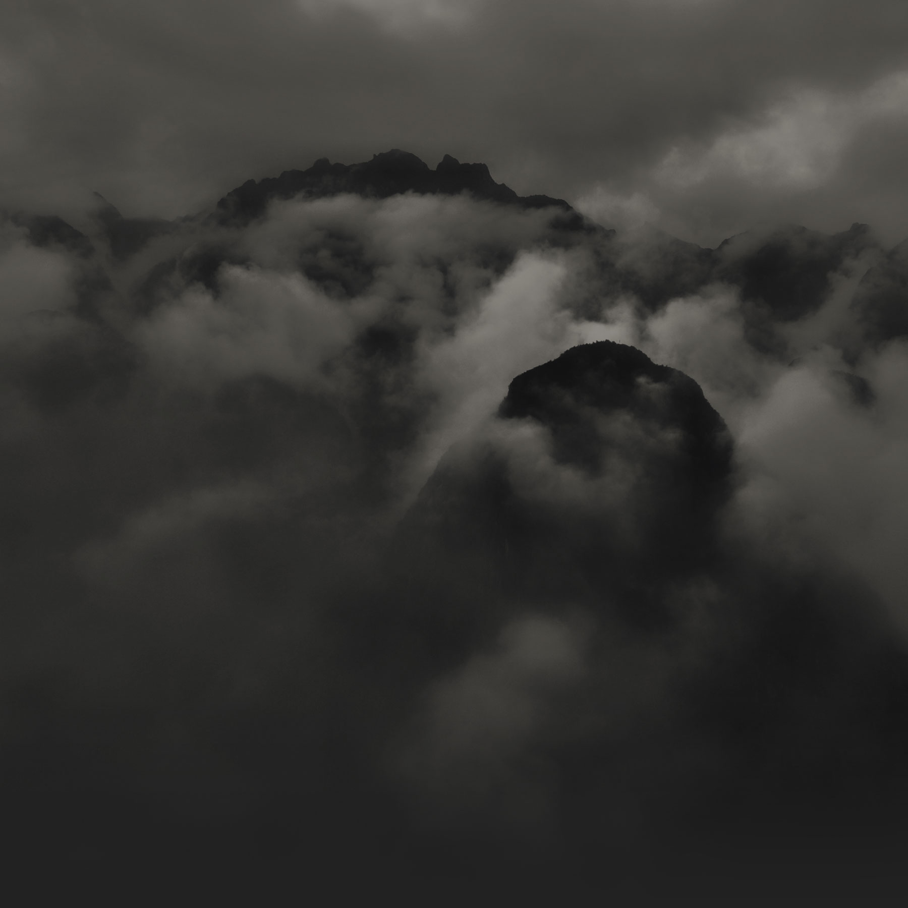 Dark Shadow in the Mountains 85.15 Kb