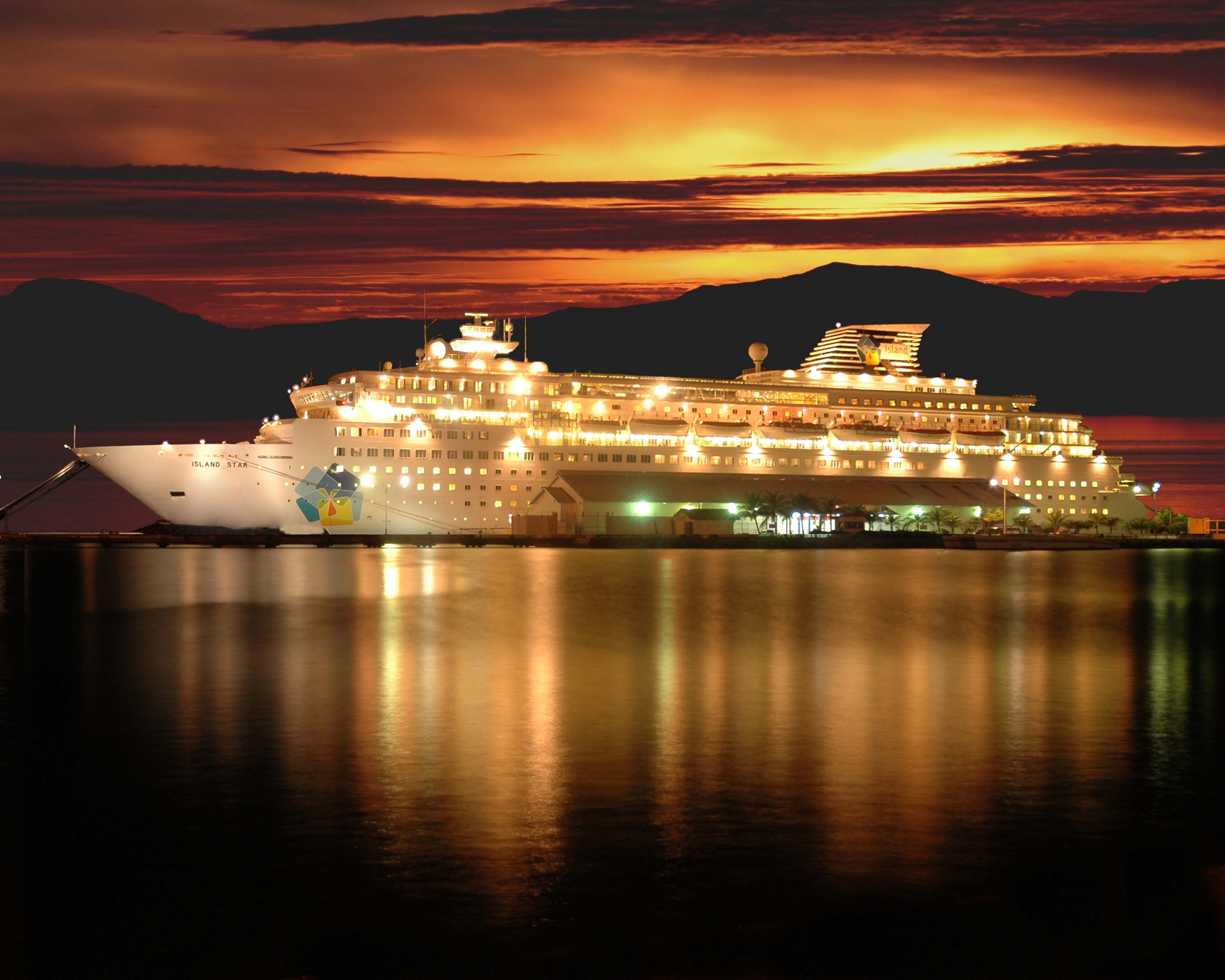 Cruise Ship Docked at Night Port 210.94 Kb