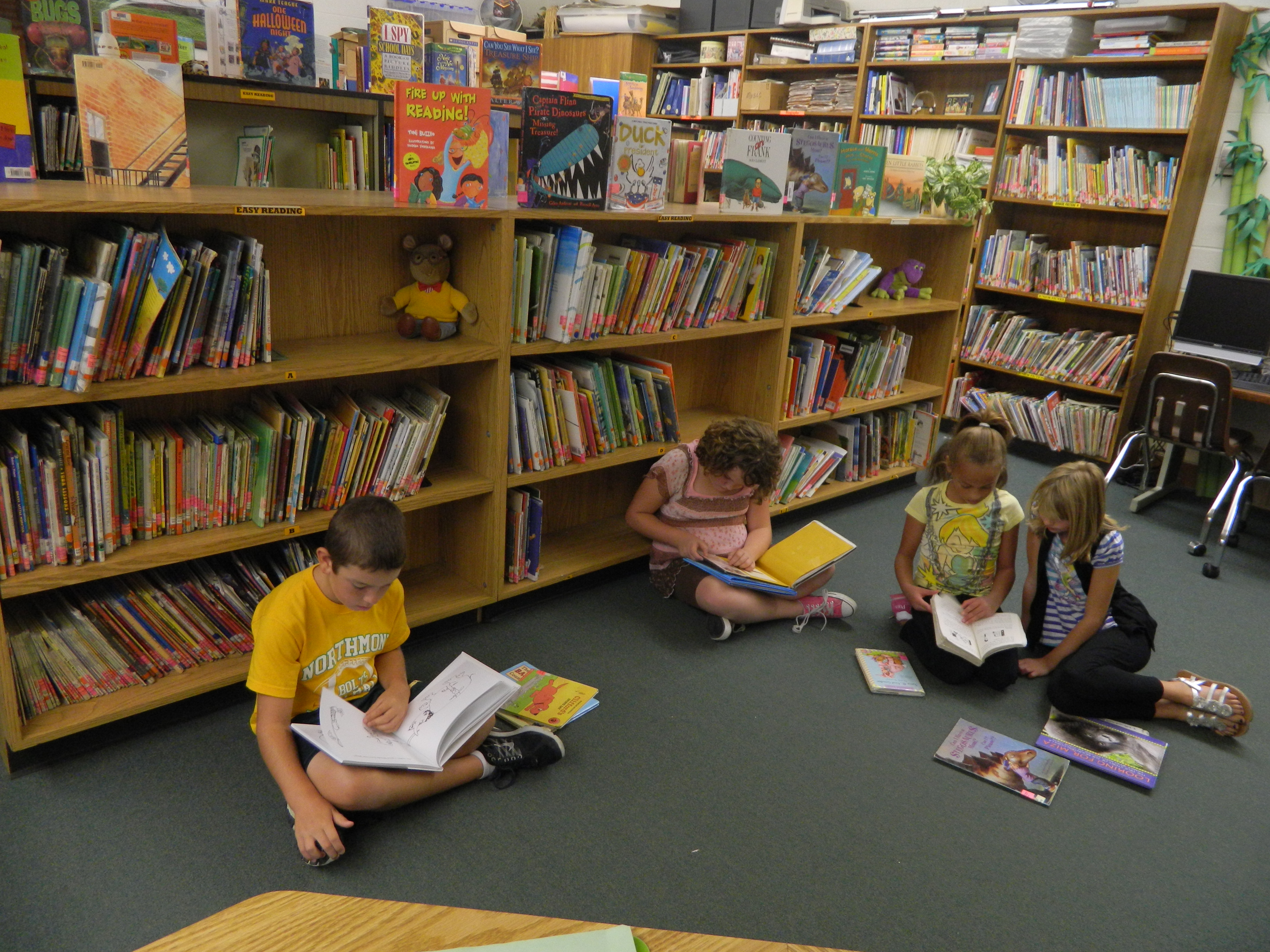 Children Read Books in Library 978.85 Kb