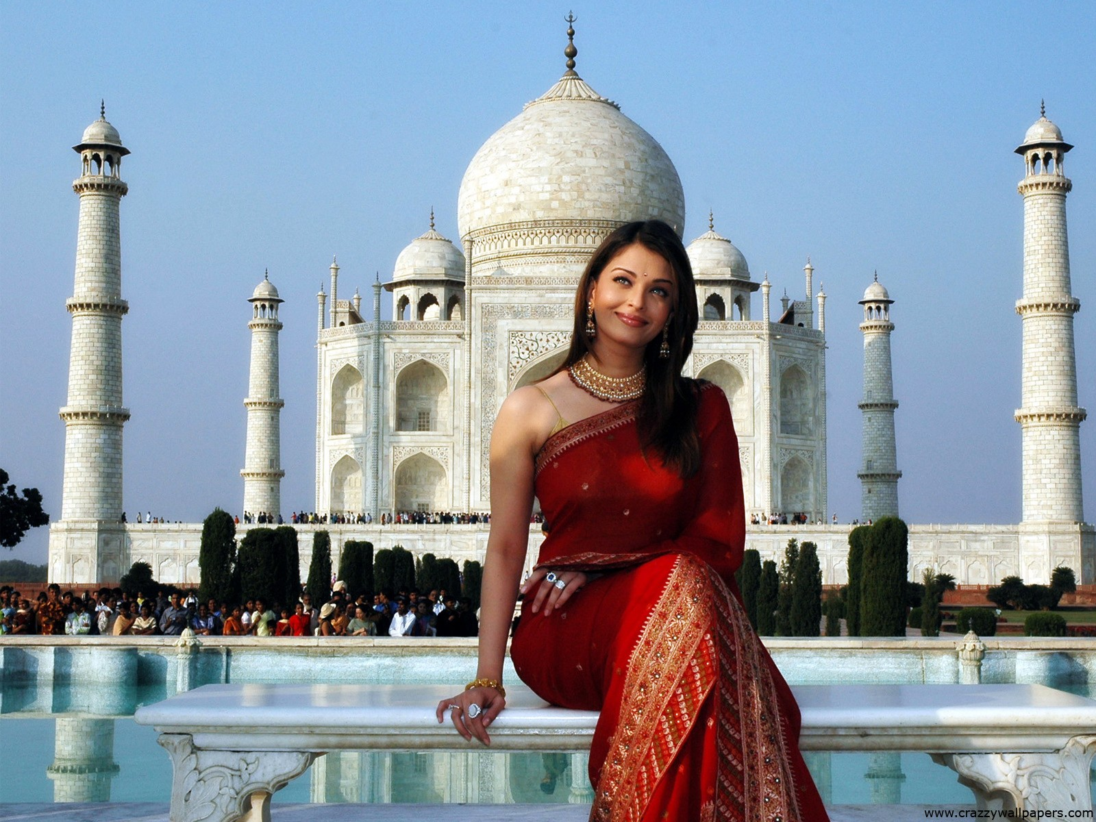 Beautiful Aishwarya Rai and Taj Mahal